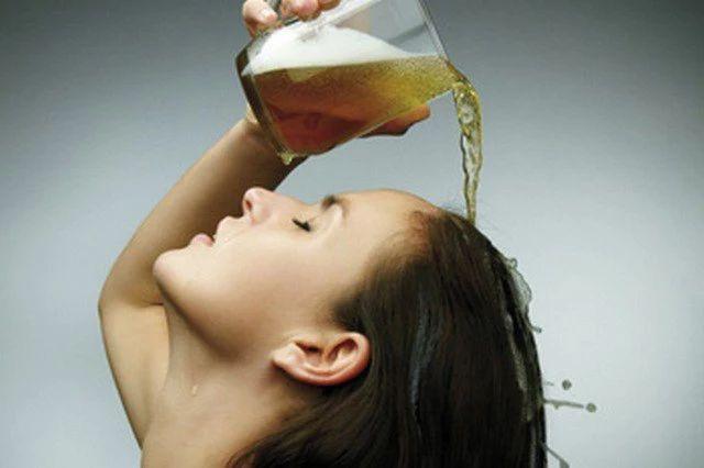 Фото: СТАРИННЫЕ РЕЦЕПТЫ МАСОК ДЛЯ ВОЛОС С ПИВОМ  🔸Маска из пива для сухих волос. 1 стакан пива слегка подогреваем и добавляем 1 ст. ложку оливкового масла. Готовую маску наносим на волосы, хорошо втираем в кожу головы и оставляем на 15- 20 минут. Эта маска прекрасно разглаживает структуру волос и лечит секущиеся кончики.  🔸Пивная маска с яйцом для укрепления волос. 1 желток (в зависимости от длины можно взять 2 или 3) слегка разводим пивом и получившуюся маску наносим на волосы и…