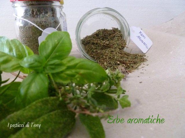 Buonasera, avete visto come metto via le erbe aromatiche del mio balcone? Ormai è tempo, le giornate rinfrescano ... qui come fare: http://www.ipasticciditerry.com/verdure-alle-erbe/