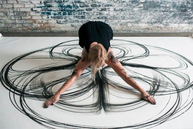 En quelques jours, le projet de l'artiste américaine Heather Hansen a fait le tour de la toile et pour cause ! Cette passionnée de danse, se munie de fusains, s'installe sur une grande toile de papier posée au sol et entame une chorégraphie. Son corp se crispe en gestes chorégraphiés, les longues trainées résultent d'un enregistrement permanent sur le papier de ses mouvements physiques comme un dessin cinétique.