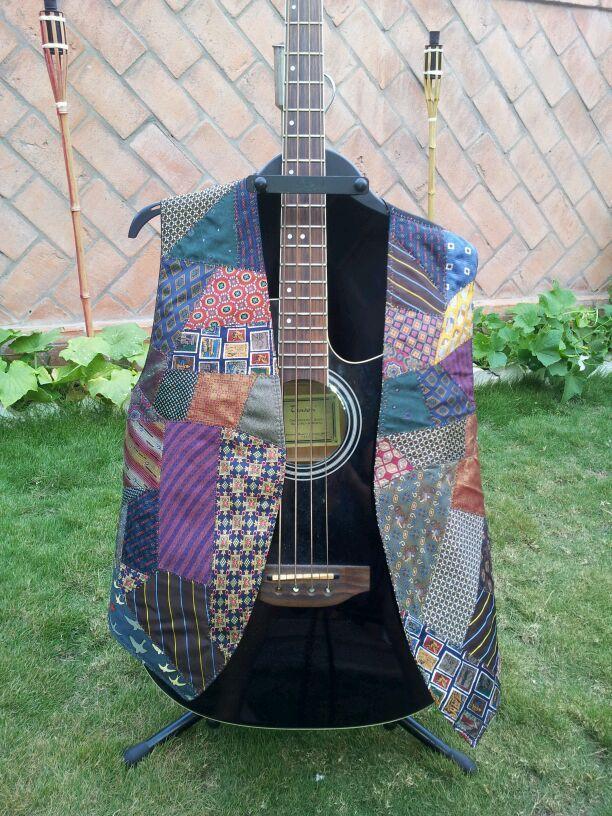 Chaleco confeccionado con corbatas de seda para un músico.