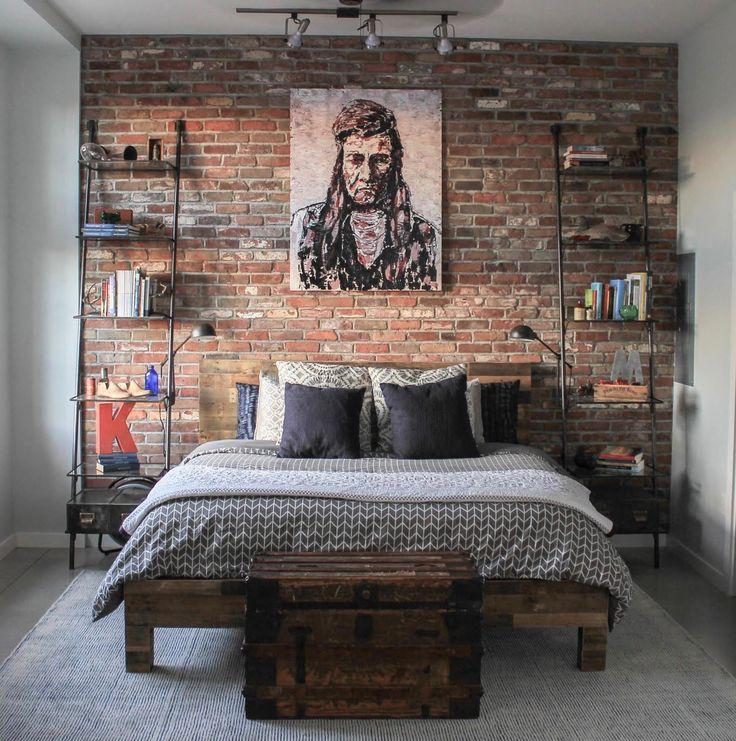 brick accent wall in the bedroom. Pared de ladrillo visto en la habitación. Dormitorio con pared de ladrillo.