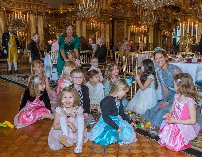 Prinsessa Madeleine järjesti ryhmälle ruotsalaislapsia ihka oikeat prinsessajuhlat hyväntekeväisyyden nimissä.