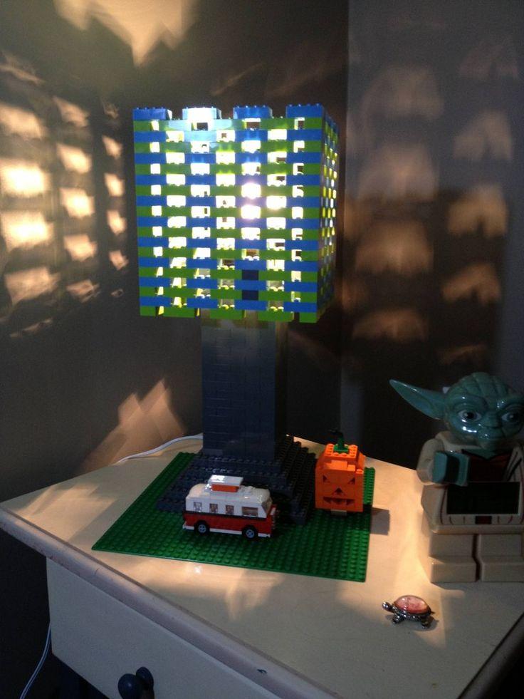 Lámpara hecha con piezas de Lego en color verde y azul