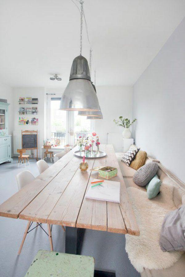 Modern-skandinavische Esszimmergestaltung mit Holztisch und langer Sitzbank.