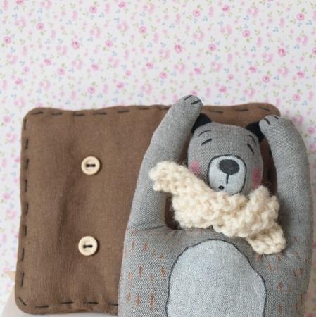 Bjørnen sover..håndtegnet tekstilbjørn med pute