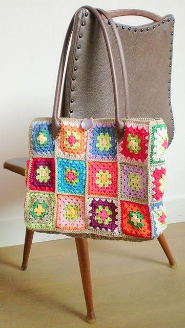 Deze tas maak je van allemaal granny's en dan zet je hem in elkaar en voilá een handige leuke tas.