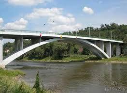 Esto es un puente sobre de un río Vltava. Es  cerca del estacion de tren.