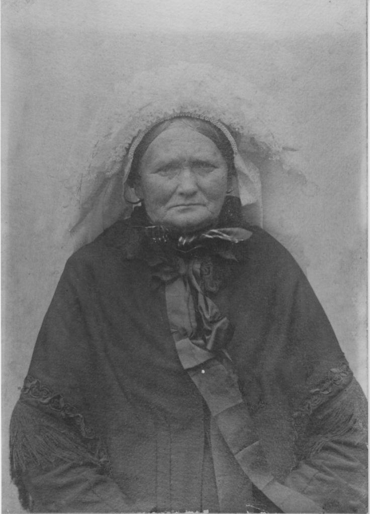 Hendrica van Heugten was getrouwd met Johannes Verberne. te Asten op Voordeldonk de moeder van  hendriena (hendrieka) verbernne , het derde oudste kind uit  12 , gebooren 27-07-1879,mijn groot moeder !! did is mijn groot grootmoeder !!