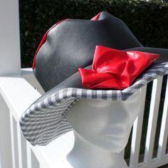 Chapeau de pluie en vinyle rouge et gris  doublé d'un coton vichy  femme