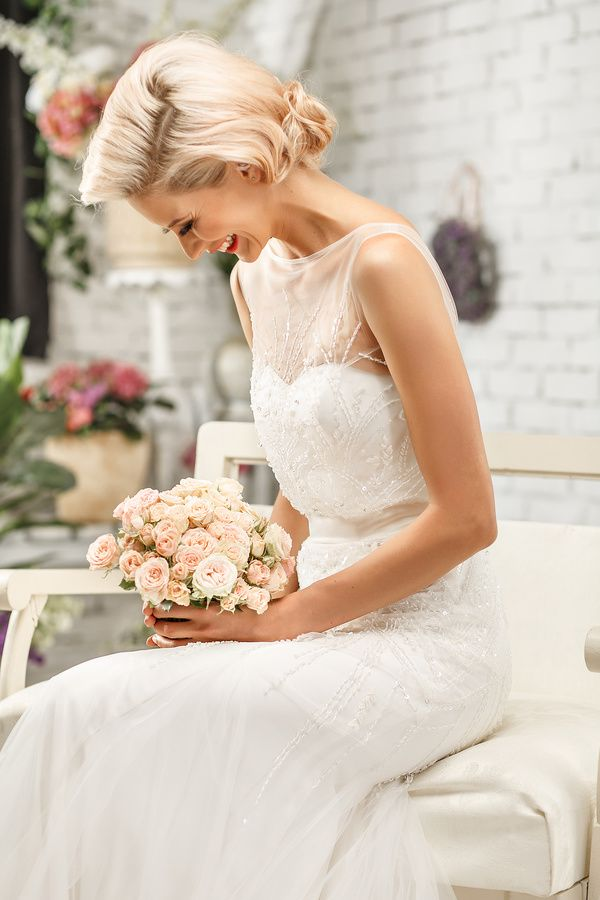 An elegant wedding dress for the bride HD picture 02