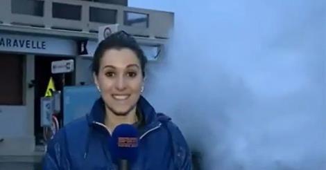 Periodista mojada por una ola gigante [VIDEO] - DeTodo Mucho Viral