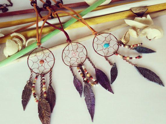 Collana Acchiappasogni realizzata interamente a mano con cordino di alcantara, perle e perline in legno; lacchiappasogni è realizzato, sempre a