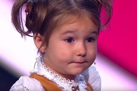 VIDEO Fetița de 4 ani care a uimit întreaga lume: vorbește fluent 6 limbi străine, printre care și chineza