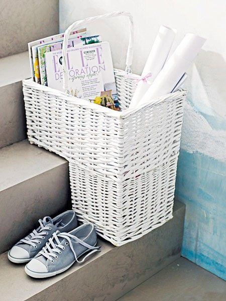 Frech schummelt sich das Zeitungskörbchen auf die Treppe. Durch seine Aussparung ist es dieser Position perfekt angepasst und steht sicher.