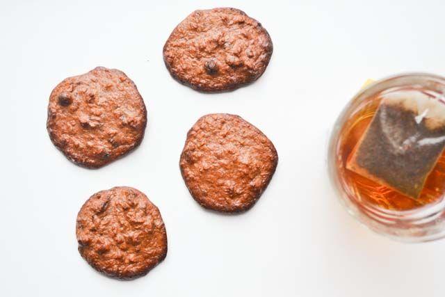 Deze cacao pecannoten koekjes zijn lekker én suikervrij: ik wordt er blij van! Het is een soort brownie, maar dan in de vorm van een schuldvrij koekje.