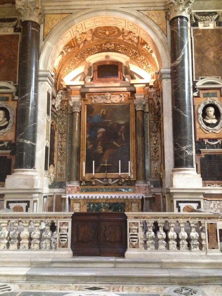 Dinsdag 6 oktober In een nis hangt een schilderij met als versiering twee pilaren ernaast. Dit schilderij hangt in de Santa Maria Maggiore, een bijzonder iets aan deze kerk is dat de pilaren ouder zijn dan de kerk zelf. Waarschijnlijk zijn de pilaren uit een andere kerk of een ander historisch gebouw gehaald.