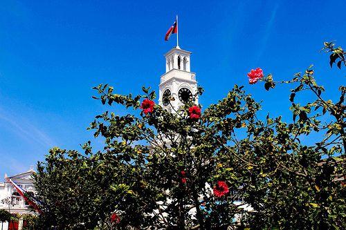 Torre reloj Plaza PratLa Torre del Reloj de Iquique es una estructura ubicada en la plaza Arturo Prat de dicha ciudad, en Chile. Fue construida en 1878 —siendo Iquique territorio peruano— y su reloj fue importado desde Inglaterra.