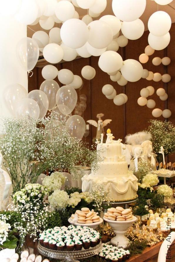 """Linda decoração com balões """"voando"""". Super delicado. Quer mais dicas para a sua festa? Siga os nossos painéis aqui no Pinterest. www.tudodebem.com.br"""