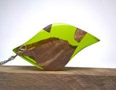 Pandantiv din lemn de nuc stabilizat si incapsulat in arsina cu pigment verde crud