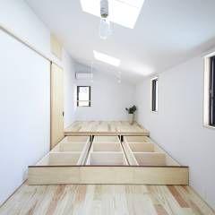 寝室(造り付けの床下収納): 一級建築士事務所co-designstudioが手掛けたtranslation missing: jp.style.寝室.modern寝室です。