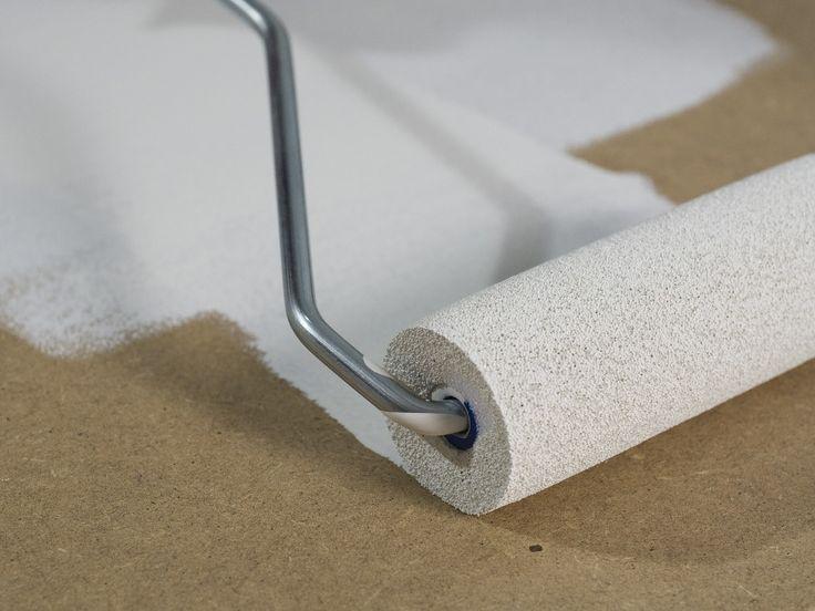 Pasul 9: Tratarea suprafeţelor Aplicaţi filer de grunduit cu trafaletul sau eventual cu un sistem de pulverizare a vopselelor. Lăsaţi-l să se usuce bine. Pasul 9: Tratarea suprafeţelor Aplicaţi filer de grunduit cu trafaletul sau eventual cu un sistem de pulverizare a vopselelor. Lăsaţi-l să se usuce bine. Dacă în etapa următoare doriţi să folosiţi un alt produs de pulverizare cu sistemul dumneavoastră de pulverizare fină, trebuie să schimbaţi rezervorul de vopsea.
