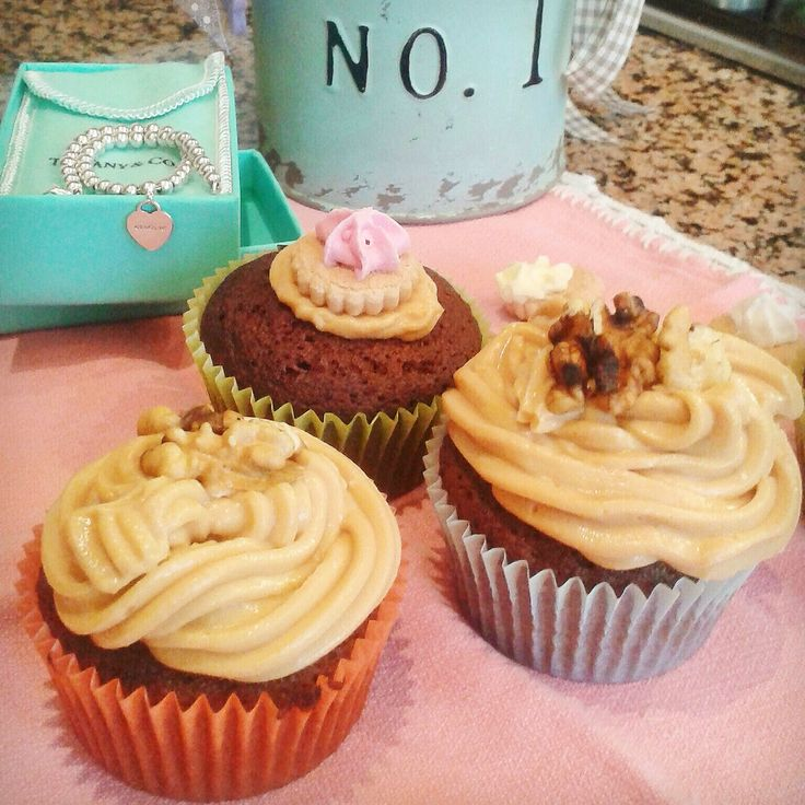 Favole a Merenda: Cupcakes al cacao e noci con frosting al caramello...