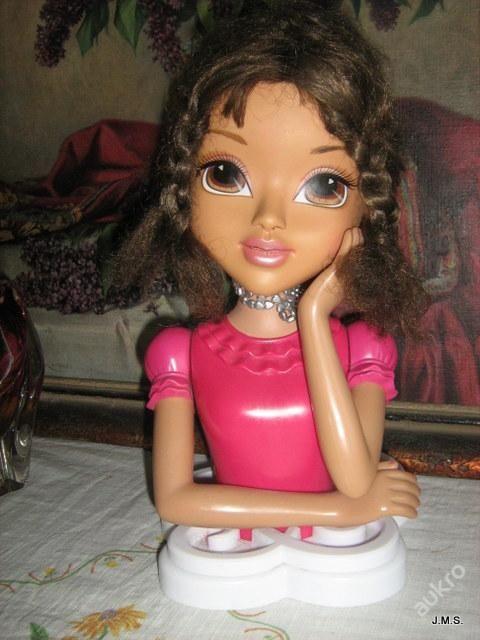 Panenka s vlasy pro malou kadeřnici