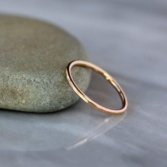 Deze slanke gouden band is gehamerd in een veelzijdige stijl waardoor een subtiele glans op het oppervlak van het goud. Volledig hand gesmeed en handgemaakt uit massief 14 k goud, is dit een mooie en eenvoudige ring die perfect is voor dagelijks gebruik. 1.3mm dik, het is meer substantiële dan mijn dunste geciseleerde bands, en is ontworpen om te stapelen perfect met veel van mijn verlovingsringen (zie hieronder voor een lijst van alle de edelsteen/diamanten ringen deze band zal paar met)…