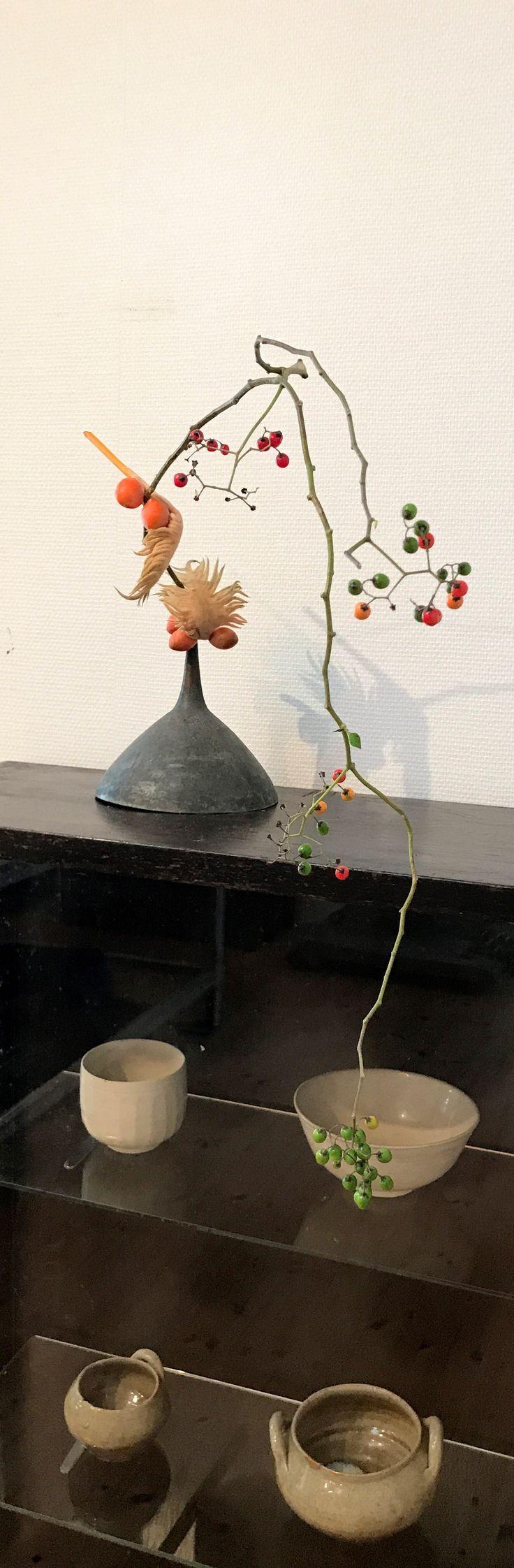 花材 : ヤマホロシ、ソテツの実