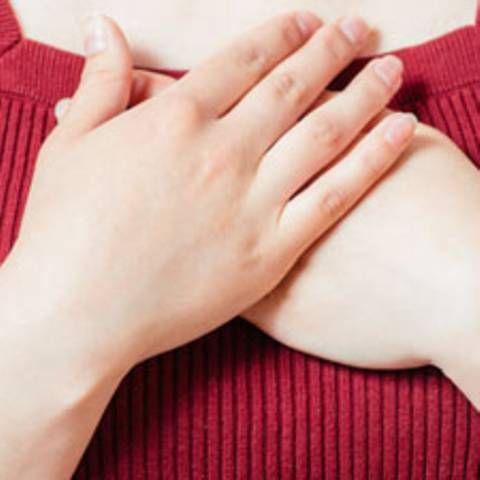 Glücksgefühl: Klopfe kurz auf diese Stelle deines Körpers - der Effekt wird dich begeistern! | BRIGITTE.de