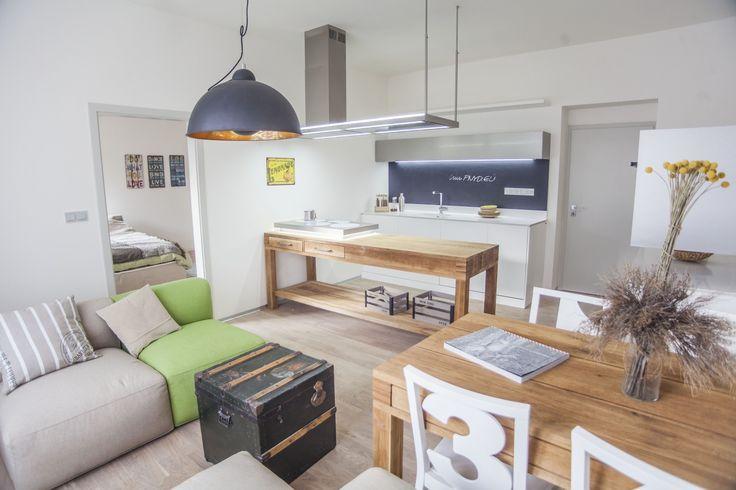 Tato kuchyň vznikla na základě spolupráce s P6PA (projekt PNYD) v rámci designbloku 2014. Kuchyň v americkém stylu colonial dokonale propojuje na první pohled zdánlivě nesourodé kovové plochy s přírodními dřevěnými stoly