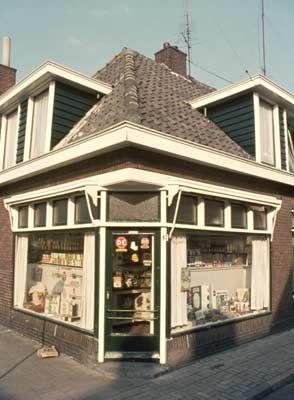 1974. Kruidenierswinkel van Heidstra op de hoek Tuinstraat - Sligtestraat.