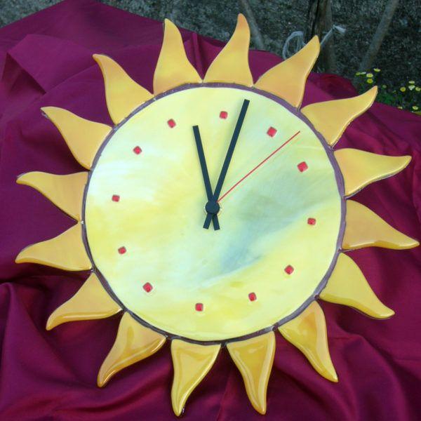 """Orologio (OP02) """"Sole"""" è un orologio da parete giallo girasole opalescente, con piccoli rombi rossi che indicano le ore. Una lavorazione semplice per un raffinato stile minimal."""