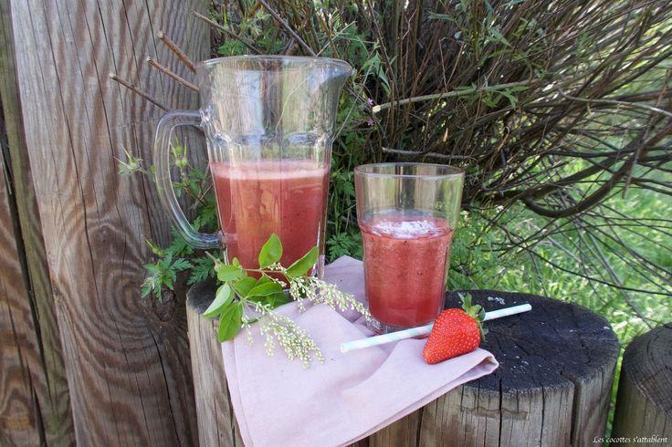 Nous vous proposons de réaliser, un délicieux jus de fraise (saison oblige) avec des feuilles de basilic et de l'eau de coco !
