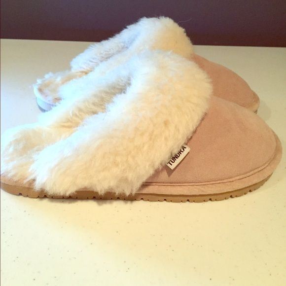 Tundra Size 6 Fleece lined slippers. Suede leather upper and Shearling lining. Gently used. Tundra Boots Shoes Slippers