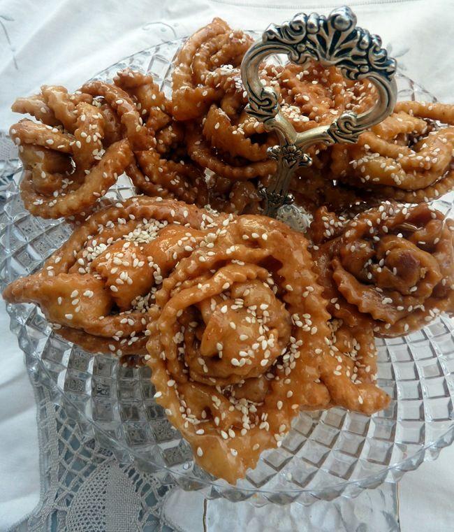 Chabaia marocaine. bonjour , voici une autre petite gourmandises Chabakia Marocaine cette fois j'en ai déjas préparer les Griwechs mais celle ci est une recette différente celle ci est a base de grain de sésame parfumé a l'anis et l'eau de fleur d'oranger...