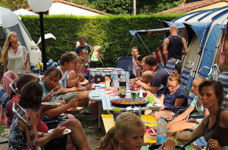 Zomerse gezelligheid! Samen pannenkoeken eten op Beter-uit vakantiepark La Draille!