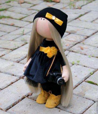 Купить или заказать Девочка-фотограф в интернет-магазине на Ярмарке Мастеров. Девочка-фотограф.На прогулке всегда со своим фотоаппаратом. Платье бархатное. Ищет друга по интересам.Куколка стоит самостоятельно. Шапочка съемная.Можно причесывать. Аксессуар-фотоаппарат.