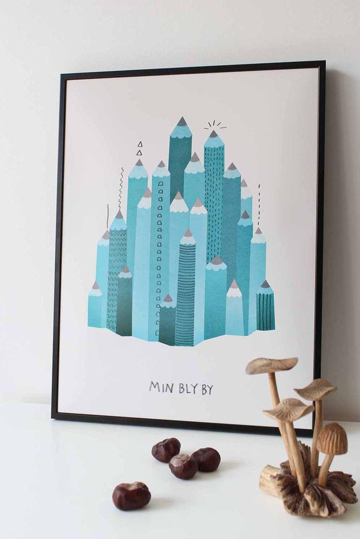 Moderne plakat med huse lavet af blyanter og med teksten Min bly by. Den fine illustration fra Michelle Carlslund vil passe fint ind i både stuen, soveværelset, børneværelset eller kontoret.