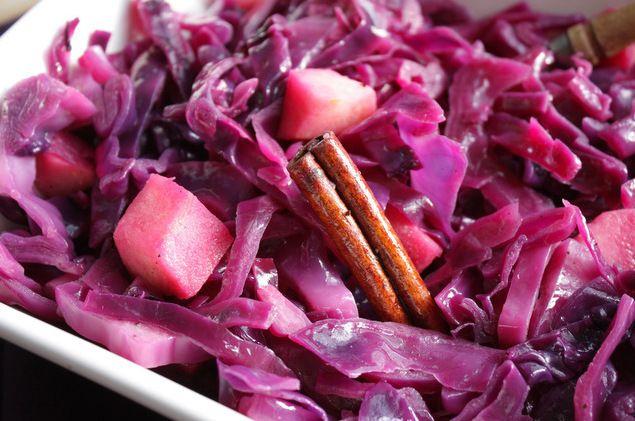 Hoe maak je zelf rode kool met appel en kaneel? Je leest het in dit recept. Heerlijk bij stoofvlees en geroosterd vlees.
