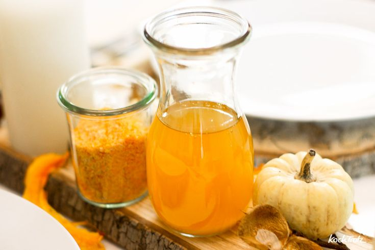 Ein wunderbar goldenes Kürbisöl kann man einfach selber machen. Je nach Kürbissorte schmeckt das Öl anders, aber immer köstlich.