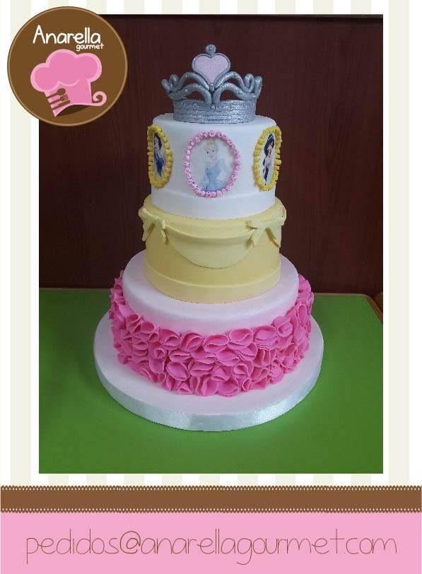 Una torta escénica que representa a las princesas de Disney para el cumpleaños número 3 de la princesa Abril  #princesscake #princessbirthday…