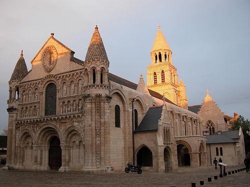 C'est le joyau de la Ville de Poitiers, un des monuments Façade de l'Eglise de Notre Dame La Grande de Poitiers prestigieux de l'art roman. La splendeur et l'éclat de sa façade, aujourd'hui restaurée, minutieusement sculptée, trouve ici sa forme la plus parfaite de l'architecture romane poitevine.