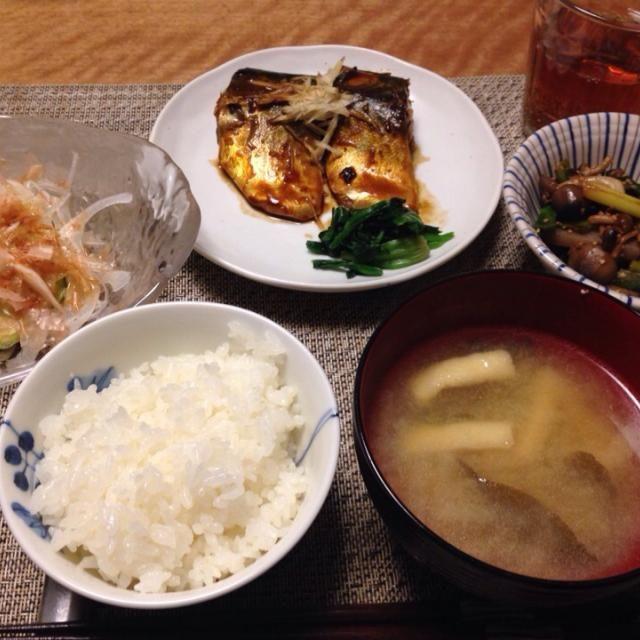 サバの味噌煮、葉ニンニクとこんにゃくのきんぴら、新玉ねぎのサラダ、大根と油揚げのお味噌汁、ごはん - 8件のもぐもぐ - サバの味噌煮 など by Sakiko