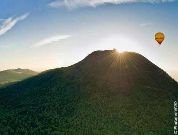 Les volcans d'Auvergne en Montgolfière, France