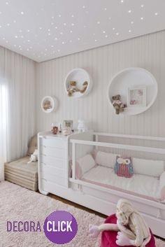 Reparem a iluminação desse quarto de bebê com efeito de um céu estrelado.