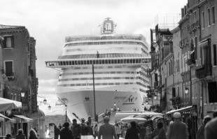 Grandi navi a venezia foto di berengo gardin 1 - Dago fotogallery