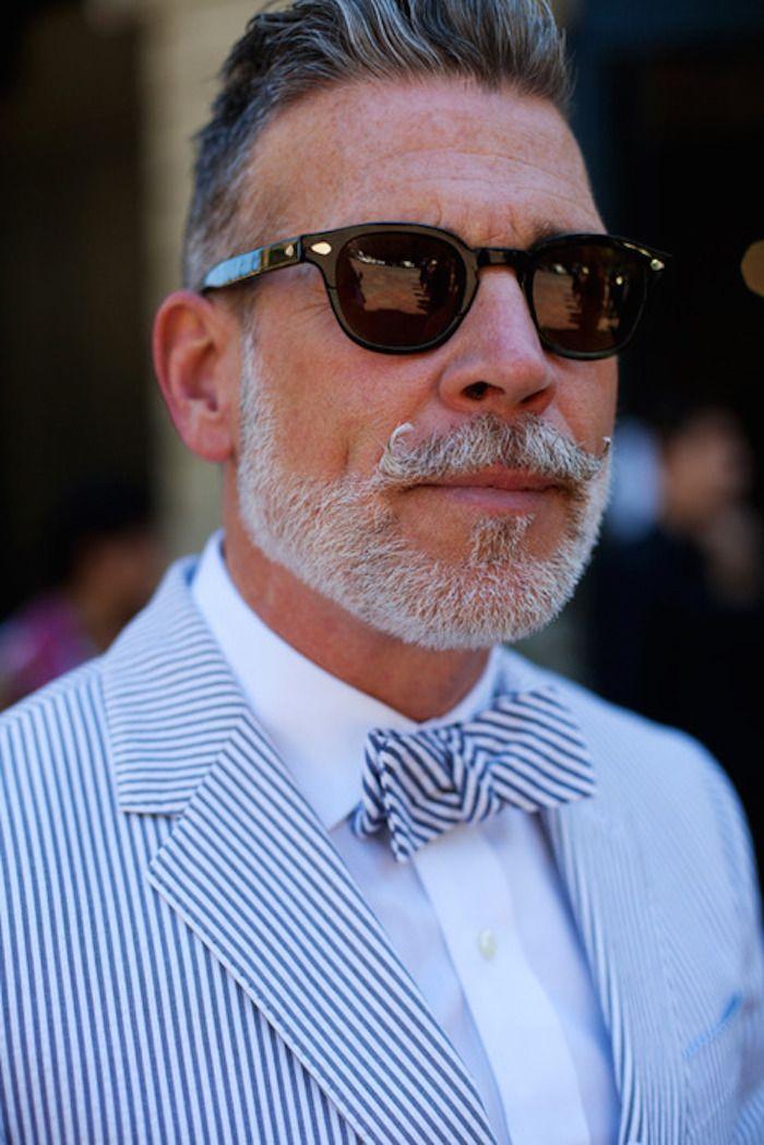 Nick Wooster porte ici un noeud papillon et une veste en seersucker accordés.