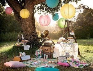 Eine Picknick-Inspiration. Ein lauschiges Plätzchen unter einem urigen Baum. Pastellfarbene Lampions. Pastellfarbene Decken und Kissen. Für einen unbeschwerten Tag mit viel Zeit zum Träumen und Seele baumeln lassen.
