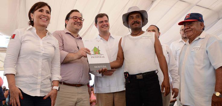 El Gobernador del estado de  Veracruz, Javier Duarte de Ochoa  y la titular de la Secretaría de Desarrollo Agrario, Territorial y Urbano (SEDATU) entregaron títulos de la Comisión para la Regulación de la Tenencia de la Tierra (CORETT) y del Registro Agrario Nacional (RAN).